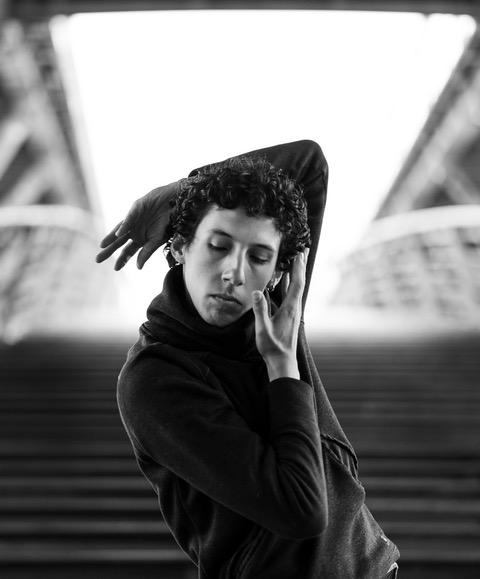 10 questions à Sebastian Cuiza Galan, danseur, accrobate et compositeur.  Rdv Parisiens x Hilda